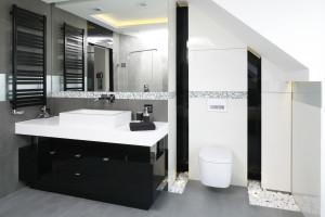 Meble na wysoki połysk: zobacz propozycje z polskich łazienek