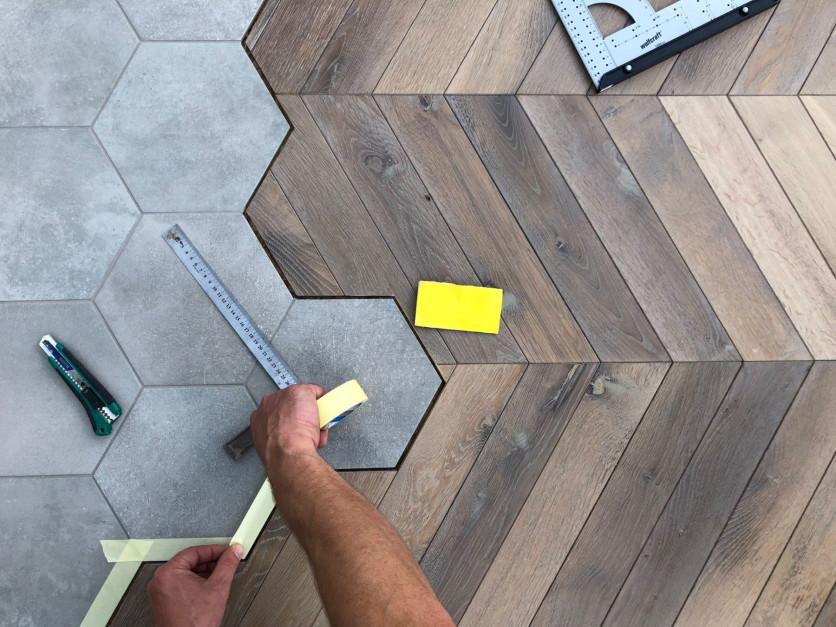 Płytki jak heksagony i drewniane deski, czyli najmodniejszy sposób na podłogę