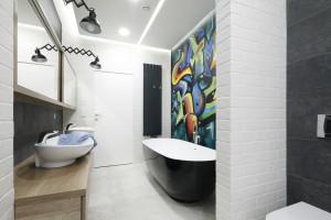 Kolorowa ściana w łazience: zobacz pomysły z polskich domów