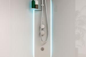 Multifunkcjonalna kabina prysznicowa Metis od Glass 1989