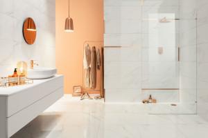 Płytki jak marmur: modne kolekcje do łazienek