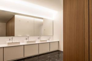 Prostokątne, klasyczne umywalki w nietuzinkowym muzeum