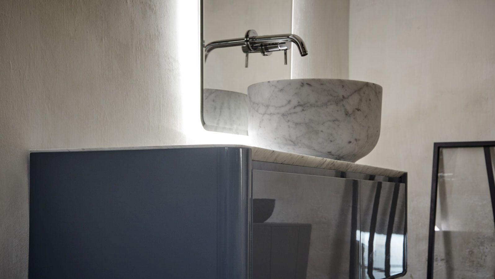 Warto postawić na ekspozycje umywalek, które fakturą nawiązują do tego szlachetnego materiału jakim jest marmur. Fot. Inbani
