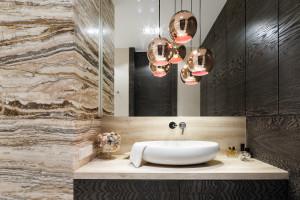Łazienka ocieplona kolorami drewna: 12 projektów z polskich domów