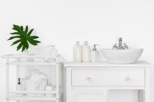 Ściany w łazience: postaw na farbę w jasnym odcieniu