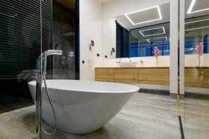 Otwarta łazienka w syberyjskim apartamentowcu