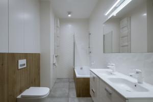 Funkcjonalne łazienki w stylu art deco w przestronnym mieszkaniu