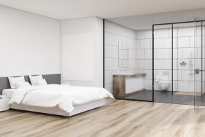 Modna łazienka: kabiny z czarnymi profilami