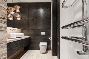 Wysoka zabudowa meblowa w łazience: inspiracje z polskich domów