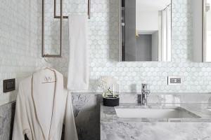 Trendy łazienkowe: jasny kamień