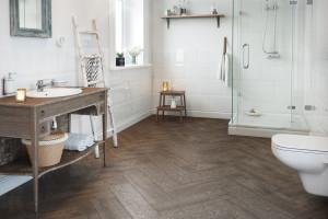Płytki jak drewno: 12 kolekcji do łazienek