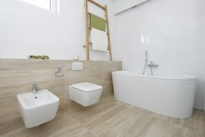Łazienka z wanną wolnostojącą: 5 projektów z polskich domów