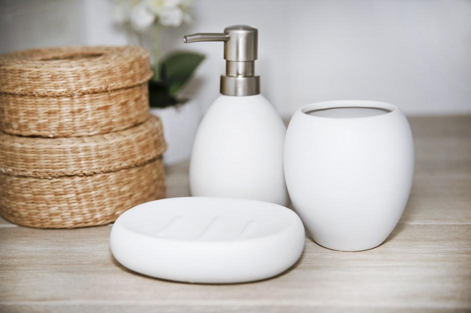 Czarno-biała łazienka: postaw na praktyczne i eleganckie akcesoria