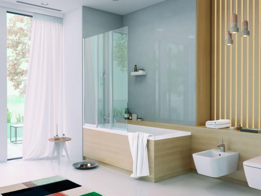 Strefa kąpieli w małej łazience: postaw na wannę z parawanem