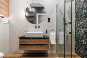 Ściana w łazience: pomysły na tapetę i fototapetę
