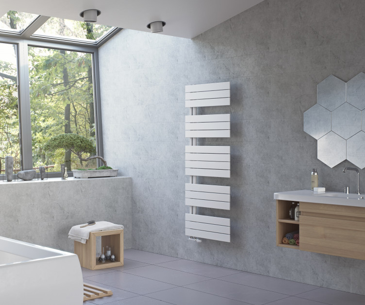 Grzejnik w łazience: postaw na uniwersalną biel
