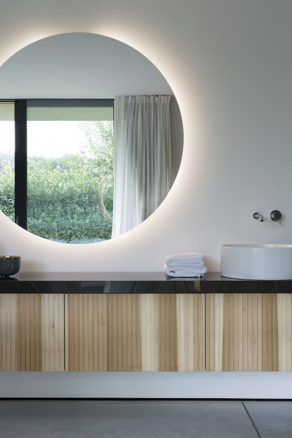 Łazienki otwarte na otaczającą naturę we włoskiej willi