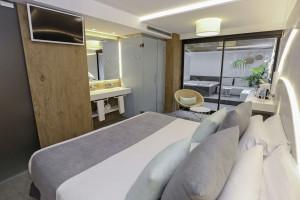 """""""Śródziemnomorskie"""" łazienki w odnowionych hotelowych pokojach"""