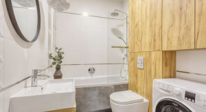 Mała łazienka: tak jak inni, postaw na wannę z parawanem