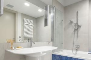 Szara łazienka ożywiona błękitem: zobacz gotowy projekt
