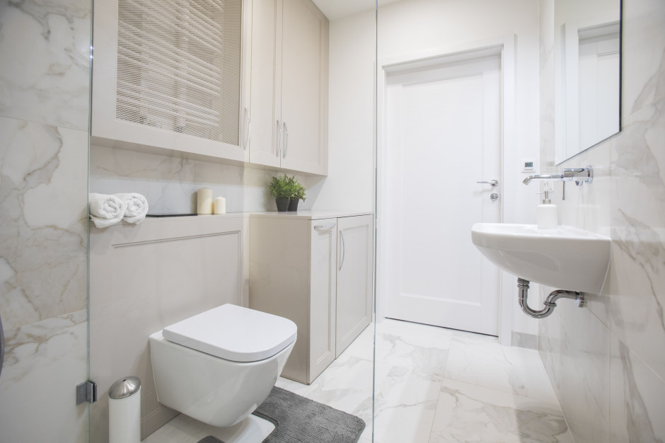 Prezentujemy 8 idealnych miejsc na schowki w małej łazience