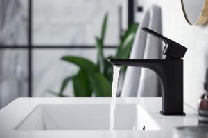 Modna łazienka: postaw na wyposażenie w czarnym kolorze