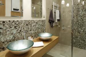 Ściana nad umywalką: pomysły z polskich domów