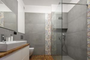 Szara łazienka: 20 zdjęć z polskich domów