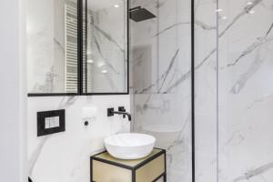 Dwie stylowe łazienki z odrobiną luksusu w mieszkaniu na warszawskiej Woli