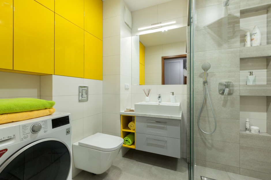 Mała łazienka dla rodziny: zobacz projekt ożywiony kolorem