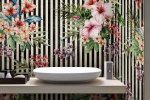 Ściana w łazience: letnia kolekcja wodoodpornych tapet