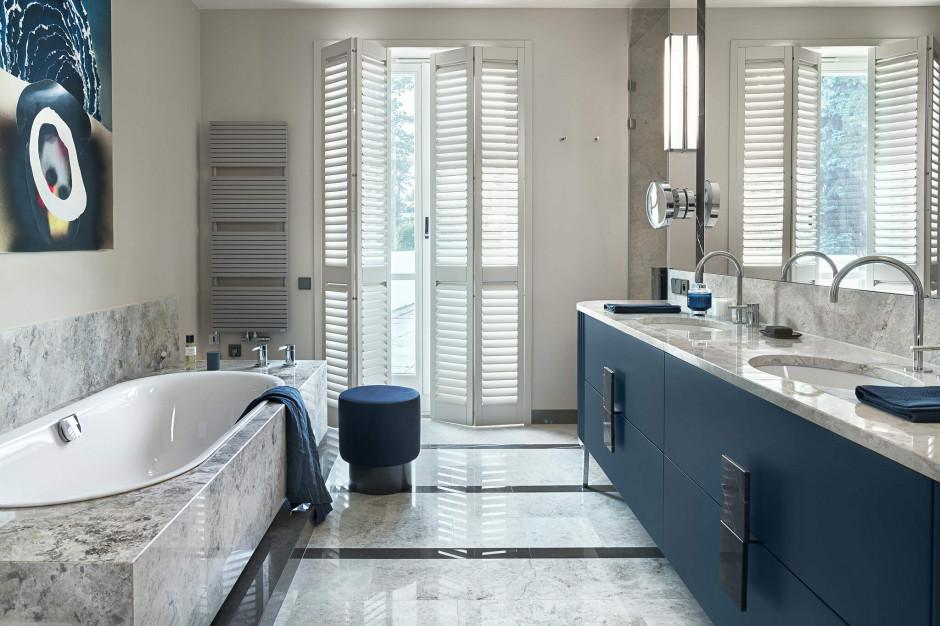 Łazienka przy sypialni: piękne wnętrze w paryskim stylu