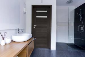Czyste, ułatwiające cyrkulację powietrza i dobrze przeszklone. Takie powinny być drzwi łazienkowe!