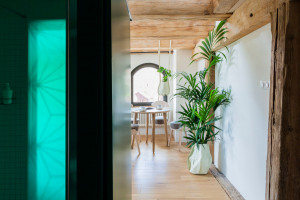 """Stylowe kabiny prysznicowe z ozdobnym witrażem w zabytkowym """"spichlerzu"""""""
