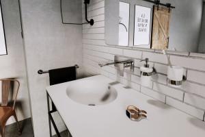 Podtynkowe baterie umywalkowe: 5 estetycznych modeli