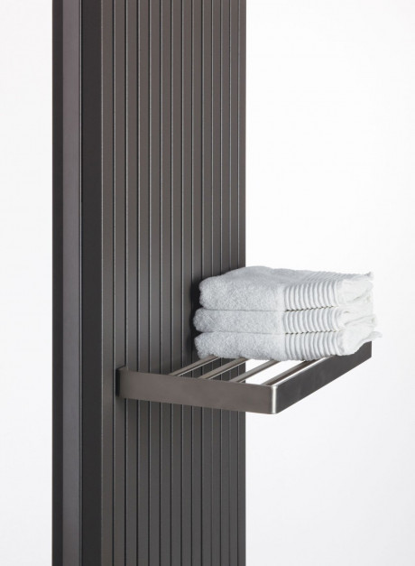 Grzejnik do łazienki: postaw na dekoracyjny model z praktycznymi akcesoriami