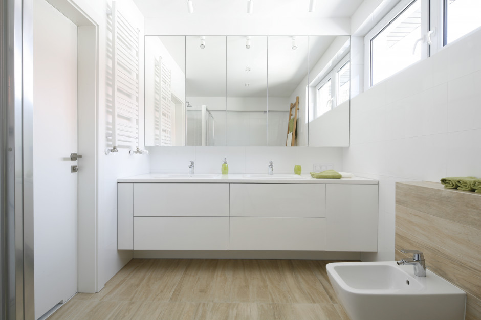 Biała łazienka: trzy gotowe projekty w różnym stylu