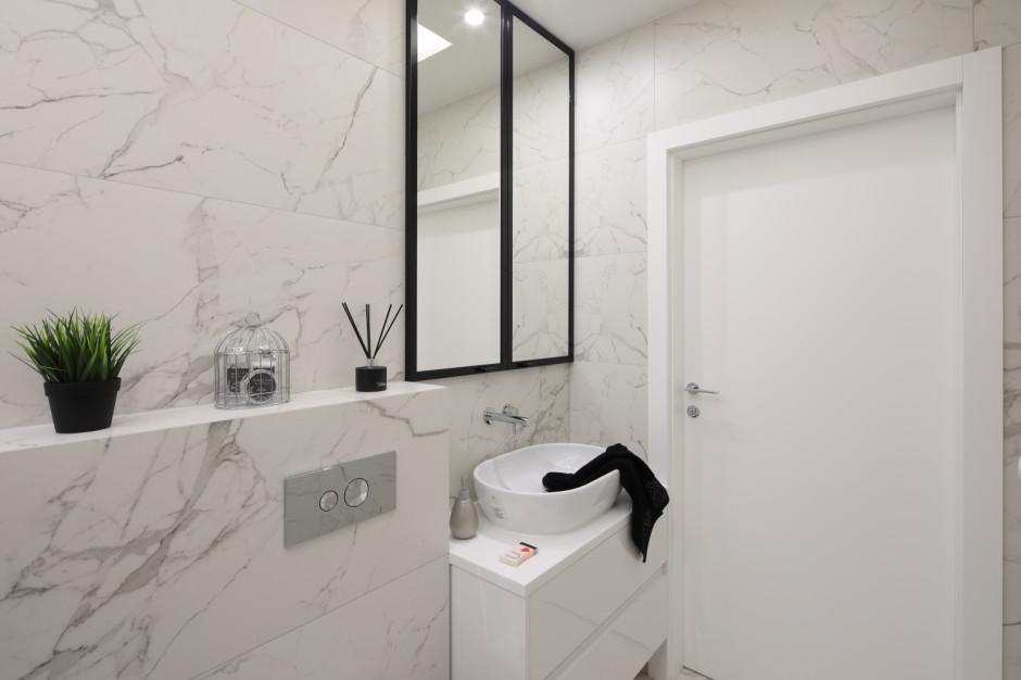 Przechowywanie w łazience: wybierz szafki pod sam sufit