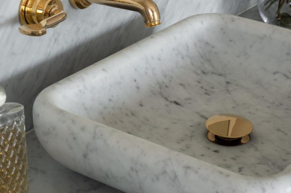 Marmur i mosiądz w eleganckim salonie kąpielowym z Cheshire