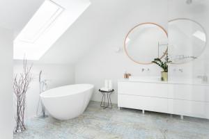 Jasna łazienka: zobacz salon kąpielowy na poddaszu