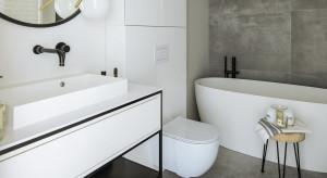 Klasyczna, biała łazienka z czarnymi, industrialnymi dodatkami