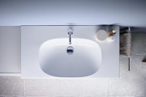 Urządzamy łazienkę: postaw na kompletną serię mebli i ceramiki