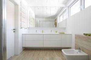 Lustro łazienkowe: 5 różnych pomysłów z polskich domów