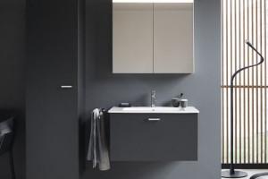 Ciemne meble łazienkowe: zobacz modne kolekcje